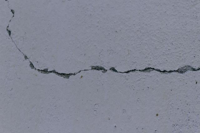 アルカリ骨材反応により、コンクリートにひび割れなどが発生する場合がある。